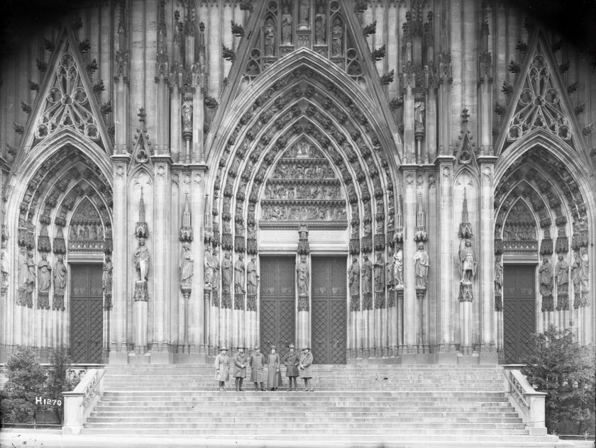 nlnzimage 1-1 002090 NZers on steps Cologne Cathedral, Jan 1918 (small)